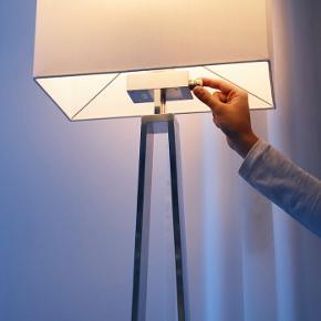 Sælger denne lampe, da vi har fået ny. Den er så god som ny, vi har også kun haft den i små 6 måneder nu, hvor den har stået ved siden af vores sofa.   Prisen er ikke 100% fast, så endelig bare kom med et bud :))