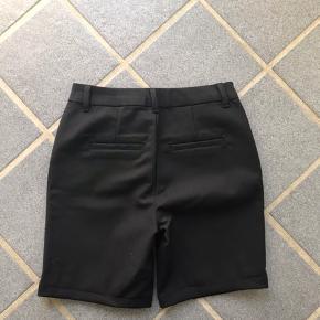 Nye shorts fra vero moda De er lagt op da jeg ikke synes det så så fedt ud, at det gik ved til knæene Jeg har fortrudt mit køb da jeg ikke synes de  er min stil alligevel  Str. Xs  Nypris var 250kr