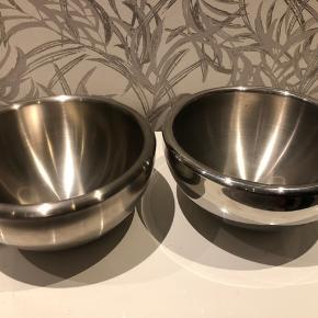 2 store termoskåle fra Bodum. Super flotte og kan bruges til alt muligt. Alm. brugsspor. 1 mat og 1 blank. Prisen er for begge 2.