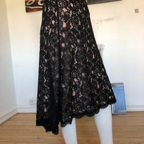 Smuk nederdel fra DVF. Brugt enkelte gange, fejler absolut intet.  Str M.  Lynlås til side, med underkjole.  Byttes ikke.