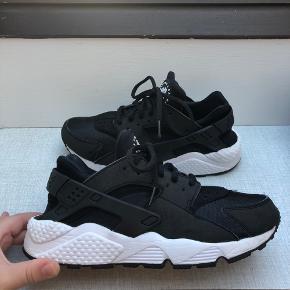 Nike Huarache. Har en lille 'rids' på den ene sko, ikke noget man ligger mærke til.