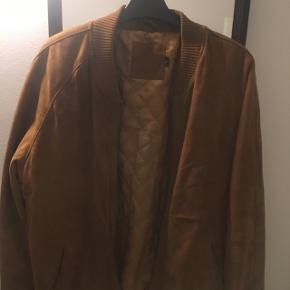 Lækker jakke i 100% ruskind fra Asos. Den er i camel farve