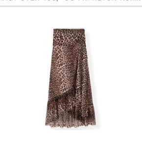 Populær ganni nederdel i leopard. Modellen hedder Tilden mesh. Standen er stadig som ny, da den kun er brugt et par gange. Nypris 1399 😊 Mp er 950 Ingen bud under godtages. Ingen bytte
