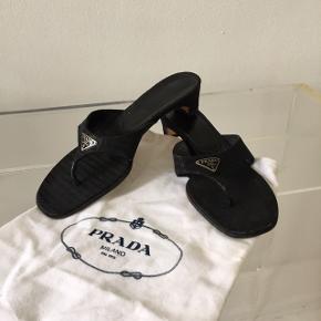 Flotte Prada klip klap sandaler med hæl. I fin stand   Kvittering haves ikke.   Sål måler 26 cm