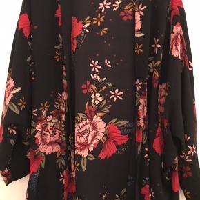Super fin kimono. Brugt max 8 gange og i fin stand.  Nypris 899 kr  Bud fra 250 incl fragt med dao og mobilepay