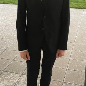 Sort jakkesæt med hvid skjorte str. L og sort slips. Kun brugt 1 gang.