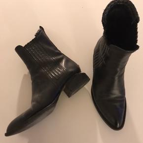 """Style anouk, alm 39, brugt en del men i god stand. Vigtigt at nævne at den ene plade i indhakket på hælen har givet sig lidt men har ingen betydning for støvlernes brug. Herudover lidt slitage/""""hakker"""" i læderet hist og her. Æske fra et par andre Wang støvler kan medfølge hvis det ønskes. Handler via TS!"""