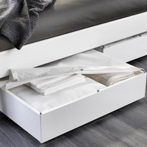 3 x VARDÖ sengeskuffe i meget fin stand, stort set som nye.  Højde, skuffe (indvendigt): 13 cm Bredde: 65 cm Dybde: 70 cm Højde: 18 cm Indvendig bredde, skuffe: 62 cm Indvendig dybde, skuffe: 67 cm  Køb 1 for 120,- Køb 2 for 220,- Køb 3 for 300,-