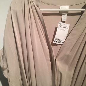 Sød lang kjole, i beige. Kan både bruges til hverdag og finere arrangementer. 100% viskose.