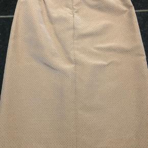 Flot beige nederdel med prikker i guld ny pris 1099-,    Fest- nytår - nederdel - flot - elegant - design