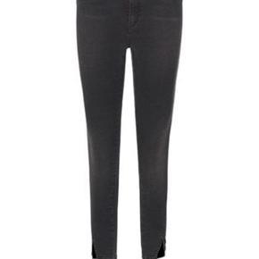 Super lækre jeans fra global funk. Det er deres signatur jeans med høj talje og slim fit. Elastan i, så de sidder flot. Er en str 25 men passer en 26. Er desværre for store til mig hvorfor jeg sælger.  Nypris og pris i butikker nu 599,- BYTTER IKKE!!!