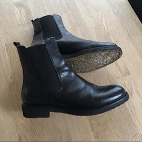 Helt nye Billi Bi støvler med varmt for, som jeg desværre må erkende ikke passer min fod. Brugt 4 gange. Bytter ikke