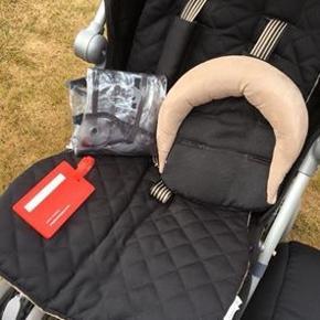 Brugt til et barn. Meget velholdt. Altid opbevaret indendørs. Inkl. Kørepose, regnslag og nakkestøtte. Ny pris 2400kr.