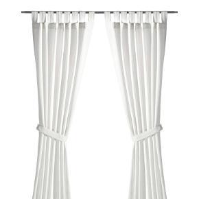 Hvide gardiner fra Ikea. De trænger til at blive strøget men ellers er de super fine ✌️ 🌱 måler 140 x 250   🌍 kan afhentes på Vesterbro eller sendes med DAO 💌