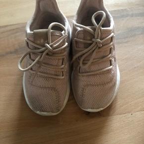 Fine sneakers 🌸 Der er lidt pletter på stoffet som ikke er prøvet at fjerne 🙈 Ellers er der i meget pænt stand