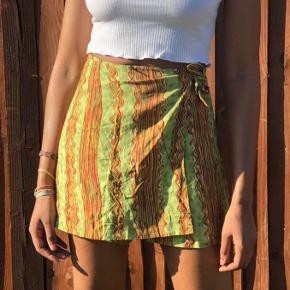 Dejlig nederdel med indbygget shorts. Blødt og let materiale! De kan både lynes og bindes. Passer ca. str. 34/36