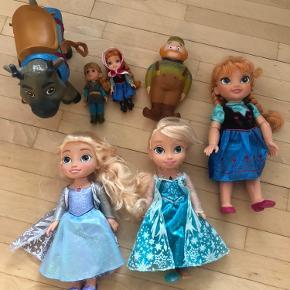 """Elsa dukken til højre kan synge """"lad det ske"""" på flere forskellige sprog. (Mangler en sko)  Elsa dukken til venstre kan desværre ikke synge længere."""