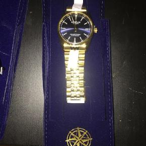 Sprit nyt Kompass Santorino ur. Lige fået det ind af døren, kun lige pakket ud for at tage billede af det - Sælges da det var en fejlordre.. 500,- er prisen, men jeg går gerne på kompromis ved en hurtig handel - Uret befinder sig i Horsens.