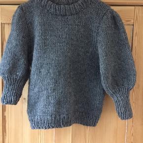 """Varetype: Sweater Størrelse: S/M Farve: Alle Denne vare er designet af mig selv.   Hjemmestrikket """"ganni"""" fås i ønsket farve og størrelse. Denne er strikket i eskimo fra drops. Det kan også være melody, air brushed alpacA silk, Andes osv. Se også min Instagram neesanna"""