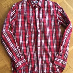 Lækker skjorte ca til str 13-14 år Skjorte Farve: Rød
