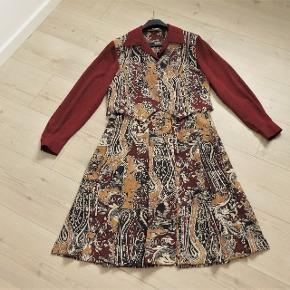 Festkjole, JacquesVert, str. M, Bordeaux, 100 % polyester, Næsten som ny  Som ny og kun brugt en gang  En super flot og smart kvalitets kjole i mønster med grundfarve i bordeauxrød  Kjolen er en to delt kjole så man får flere anvendelses muligheder med den . F, eks En rigtig super flot kjole En nederdel -til en anden skjortebluse eller top En skjortebluse til et par bukser Nederdelen er med brede plisselæg Er i lækker luftig 100 % polyester  GRATIS FRAGT    GRATIS FRAGT   Sender gerne og tranado giver hele efterårsferien dig gratis forsendelse, når du handler for mere end 100 DKK på Trendsales – fra lørdag d. 12/10 til søndag d. 20/10 kan du handle løs uden at skulle tænke på forsendelse.  derefter koster fragten 33 kr
