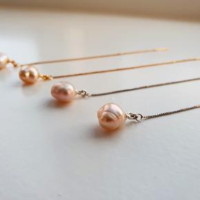 Livlige kædeøreringe iforgyldt(299,-)eller ren sterlingsølv(249,-). Rosaferskvands-perler dingler fra øreringene, som er lavet af fine Valencia kæder. Øreringen kan justeres, alt efter, hvor langt perlen skal hænge fra øret. Selve kæden måler 10 cm, og perlerne 5-5,5 mm.  Bemærk at perlerne kan variere i form og størrelse, dadet er et natur materiale. Der vil derfor ikke være to sæt øreringe, der er ens, hvilket giver dit personlige smykke, et råt og feminint look. Et sandt must-have!  OBS! Gratis fragt på alle produkter i smykkewebshoppen decopop.dk ❤🌟🥳
