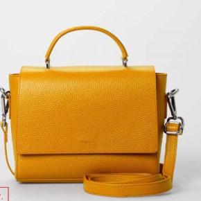 Fin taske med rem, lukkes med lynlås og magnet lås. Ikk helt som farven fra firmaet men en grumset karry gul. 100% okseskind