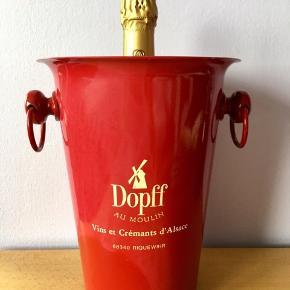 """35. Ægte rød fransk Champagnekøler. """"Dopff Au Moulin. Vins et Crémants d'Alsace"""" logo.  HxØ: 25x19,5 cm. Med hanke 23,5 cm. 428g tung og stabil så ingen fare for væltning. Flot stand.  Flasker følger IKKE med. Sælges kun 299kr.  Har også i hvid og blå. Køb alle 3 som fransk flag til 850kr i stedet for 1000kr.   Vintage med den rette patina fra fransk antikvitetsbutik.  En flot & praktisk måde at opbevare & holde sine drikkevarer, Champagne, mousserende vin, cava, spiritus, sodavand, øl & vine kolde på en elegant måde.         Perfekt til alle store fester/begivenheder: nytår, fødselsdage, dimission, studenterfest, svendegilde, bryllup, konfirmation, reception, fernisering eller til en romantisk varm sommerdag. Gaven til ham/hende som har alt.         Fra røgfri, børnefri & dyrefri hjem. Se mine andre annoncer: Flasker til 15L, champagnesabler, vinglas & Champagnekølere. Kan skaffe andre typer, så spørg om det."""