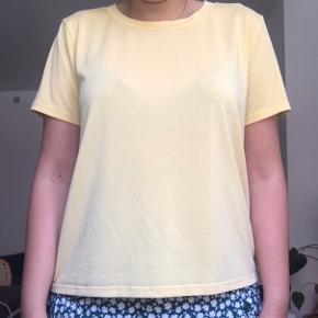 Pastel gul t-shirt fra Monki