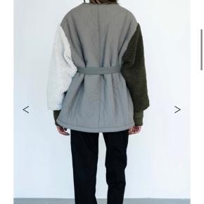 Helt ubrugt Meotine jakke, sælges da den ikke lige er mig alligevel. Stor i størrelsen, jeg er normalt en small, men bruger x-small. Bud modtages gerne
