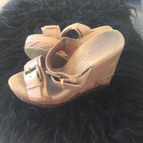BYD gerne ☺️ Virkelig flotte til forårets fester. Fantastiske sandaler, i det blødeste skind, justerbare stropper over fødderne. Næsten ik at se de brugt. Købt i L.A. USA, Very Volatile er brandet.