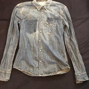 Lækker denim skjorte fra Jack & Jones. Perfekt til hverdagsbrug, og nem at sætte sammen.   BYD:)