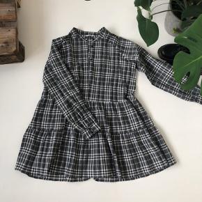 Ternet kjole fra Envii i en størrelse s. Den er blevet syet 2 cm op i bunden, sådan den går til over knæet til en på 166 cm💓