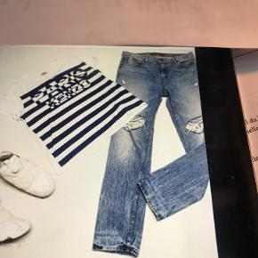 Jeans er størrelse 30 kostede 2700. Er ikke brugt så meget, da de blev købt i forkert størrelse . Kenzo t-shirt er en størrelse M og heller ikke brugt meget. Jeans 400 - t-shirt 200 kan sendes for købers regning.