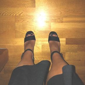 ❗️BYD - ALT SKAL VÆK❗️ • Bytter ikke ⚠️ • Spørg for info eller flere billeder ℹ️📸 • Giver mængderabat 👗💰 • Kan mødes i Aarhus eller sende mod betaling 🤝📦  Tags: heels, højhælede