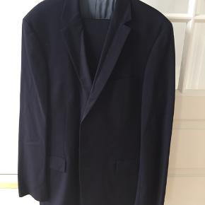 Hugo boss jakkesæt. Str. 56 lang. Type super 100. Medfølger to par bukser. Er mørkeblåt
