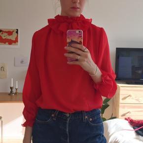 Vintage rød bluse. Der står ikke størrelse i den, men den er ret stor. Jeg er en str. S, og har brugt den som oversize.  Tager kun imod bud i privatbesked.