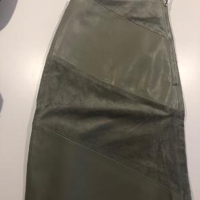 Army grøn nederdel med både fakeskind og ruskind.  Super flot pasform.  Kom med bud