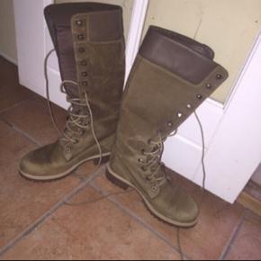 Rigtig fine støvler fra Timberland i størrelse 36. De er kun brugt en eller to gange, og sælges kun da jeg ikke længere bruger størrelse 36:/  De er i perfekt stand, og ligger stadig i sin æske. Æsken medfølger også.  De kostede 1700 fra ny, og sælges billigt, da de bare fylder.  Jeg er åben overfor bud:)  Tjek mine andre annoncer ud☺️ Jeg sælger en masse forskelligt tøj, sko og tasker.  Der gives mængderabat🌸