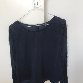 Super fin silke/satin bluse. Har blonder hele vejen ned langs hvert ærme. Jeg bruger normalt small.