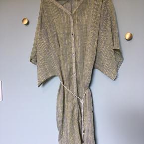 Tunika i let gennemsigtig stof. Grå/grøn med sølv detaljer.