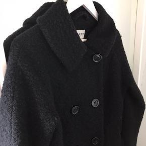 Ganni 1542 Fenn bouclé uldfrakke.   Str. XS men passer en S og lille M fint da den er oversized.   Fejler intet, men skal lige have fjernet lidt fnuller nogle steder foran. Dette er ret uundgåeligt med uld og er nemt at fjerne.