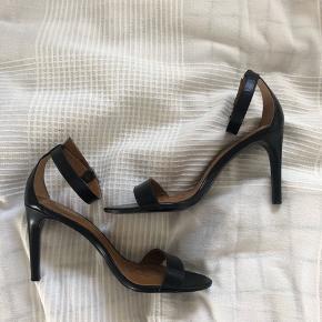 Ralph Lauren stiletter / sandaletter Størrelse 37  Nypris 149 euro (1110,90kr)  Hælen er 9 cm.  Brugt en gang, så fejler intet.