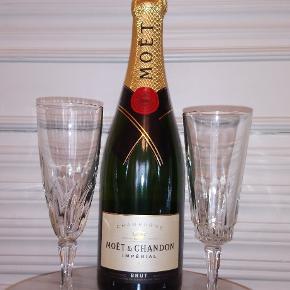 Fransk champagneglas i presset glas. Prisen er pr. stk. Vi har 15 af glassene, der vredet i cuppa en, og 12 af de andre. Ved køb af 12 glas samlet pris 500 kr.