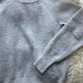 Sweater fra H&M i 30% uld. Farven er en blanding mellem grå og beige ✨