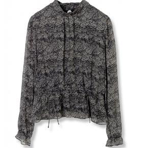 Fin skjorte bluse fra Stella Nova  Knappes i nakken  Lille dråbe formet åbning i nakken  Str 42 Kan justeres foran med 2 bånd