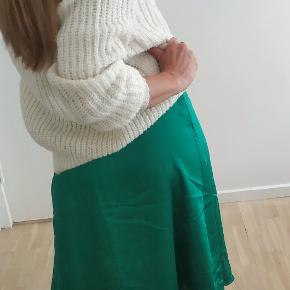 Hola Chica 💚😍 Silky and wavy, flashy yet classy; This beautiful skirt adds and extra element of drama with each step you take! (Psst! The sweater is also for sale in my profile page!) 💚 *For reference: I am 175cm