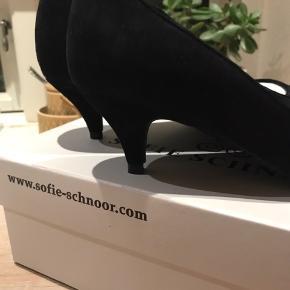 Aldrig brugt - desværre købt for store Super fine stilletter fra Sofie Schnoor med lille hæl. Det er en stor størrelse 37.