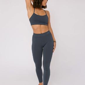 Silvertech active leggings fra Organic Basics. Sælger dem fordi de er lidt for store, har kun brugt dem 1 gang. Virkelig behagelige og gode til f.eks. yoga og de er ikke gennemsigtige.