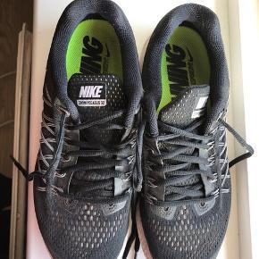 Nike zoom pegasus32 sælges. Skoene er brugte, men i meget pæn stand. En vask kan gøre dem pæne igen